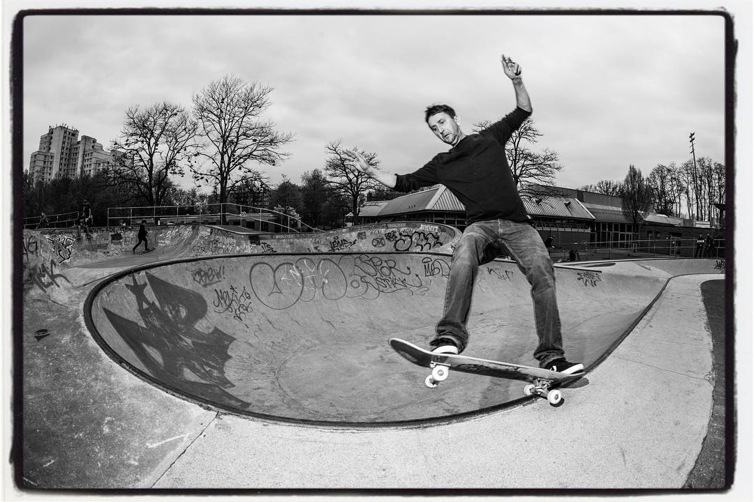 Friday after work Session with Novak and others is always fun. After a sand down of the old and rough snakerun it's perfectly smooth and fast again👍🏻#monsterbowl #bergfidel #snakerun #concrete #pool #bowl #skateboarding #dsgn #bailgun #gerdrieger.com