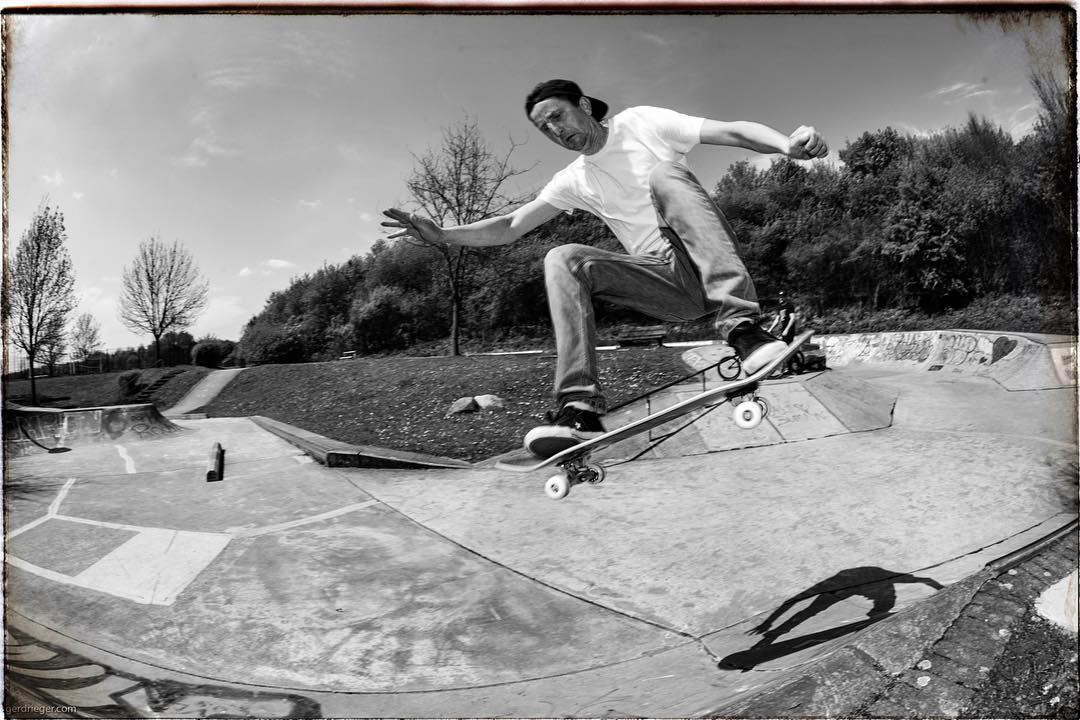 #sunnysunday at Billerbeck skatepark today. It's old and rough and kinda small but fun for a sunday noon session. Novak with a fronside floater over the hip. #billerbeck #skatepark #concrete #transition #bailgun #gerdrieger.com