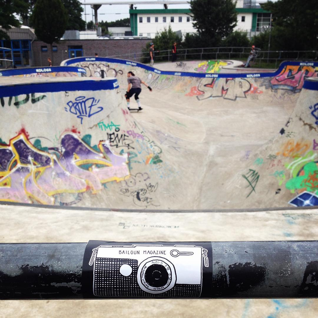 Clam before the storm. It's Bergfest day today and it's gonna be rad. Come around for some concrete shreddage. #bergfest #bergfidel #poolparty #pool #bowl #bierenergie #skateboarding #bailgun #kolossskateboards
