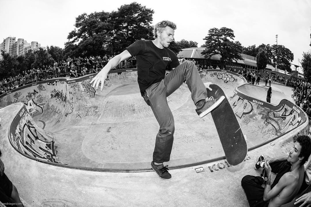 More pics from the BERGFEST - Carlo Brummel shredding into well deserved 2nd place B-Group. Seen here with a clean sweeper. More pics over on www.bailgun.com #bergfest #monsterbowl #bergfidel #poolparty #pool #bowl #concrete #contest #skateboarding #sweeper #bierenergie #kolossskateboards #minusramps #bailgun #gerdrieger.com