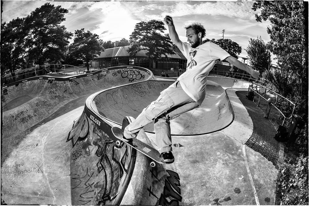 Monday after work session at the Berg. Mathis Wenner with a fronside rock in an unusual spot. #monsterbowl #bergfidel #skatepark #pool #bowl #concrete #skateboarding #bailgun #gerdrieger.com