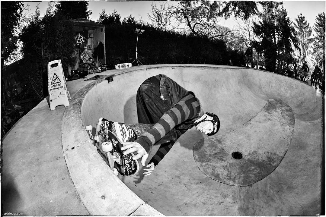 Happy Birthday Peter!!! Keep on shredding. Dietsches carve grinding the deepend at Hans' Pool. @dietsches_omsa #hanspool #pool #bowl #concrete #skateboarding #diy #grind #dietsches #bailgun #gerdrieger.com