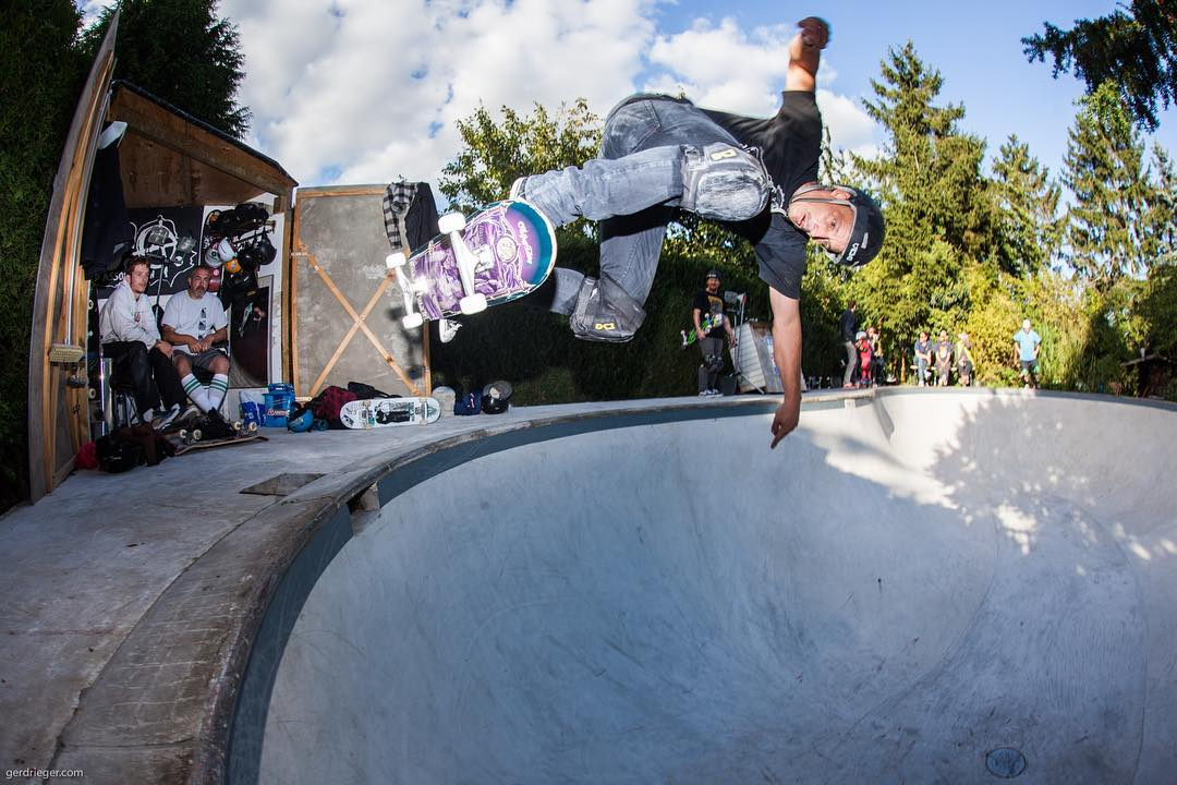 #throwbackthursday Thilo Nawrocki floating a bs ollie above the deepend of Hans' beautyful kidney pool. #pool #bowl #concrete #diy #skateboarding #minusramps #hansoffthewall #omsa #bailgun #gerdrieger.com
