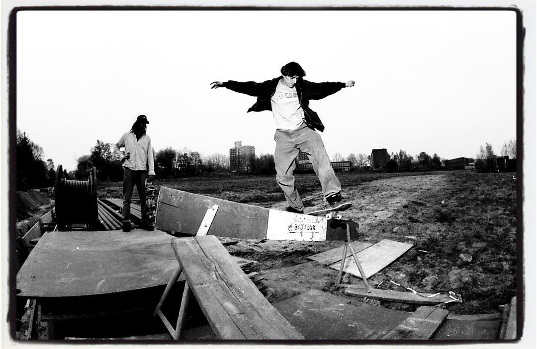 #flashbackfriday Christian Keil fs boardslide on a makeshift rail kinda thing straight into a field... why? Why not! Heiko Haase is checking the whole thing. ca. 2003 #skateboarding #boardslide #bailgun #gerdriegerphotography