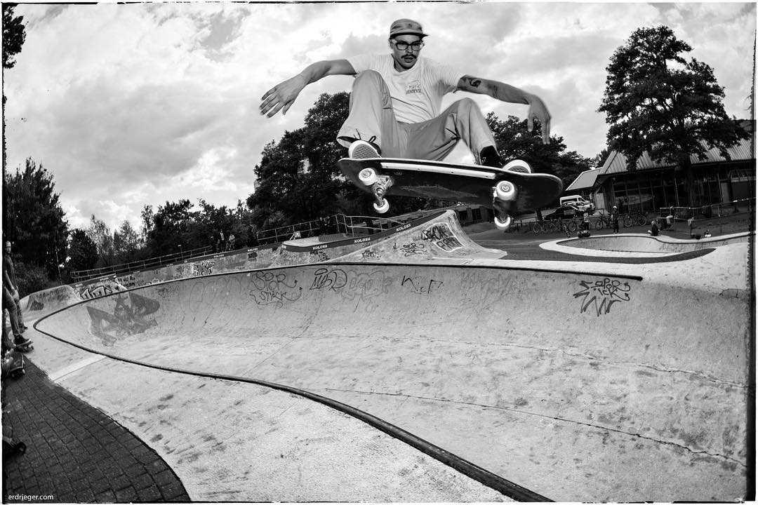 Tom with a nice fronside floater over the hip at yesterdays 'End of Summer' session at the Berg Fidel skatepark. If you weren't there you missed a great session. See you next time. #monsterbowl #bergfidel #skateboarding #pool #bowl #concrete #snakerun  #ollie #kolossskateboards #minusramps #bailgun #gerdriegerphotography