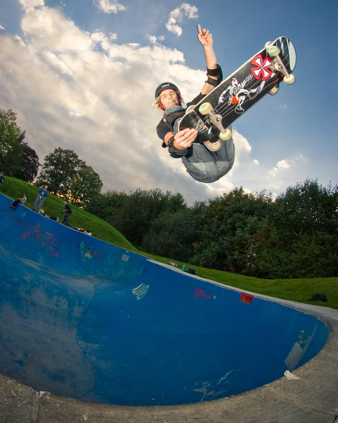#throwbackthursday Ingo Fröbrich tailgrab to fakie in the deepend of the Mickey Mouse Pool in Hagen. #skateboarding #pool #bowl #concrete #pavelskates #bailgun #gerdriegerphotography
