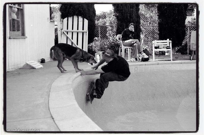 #flashbackfriday Matt Grabowski somewhere in some southern California swimmingpool ca. 2004 #barkhard #pool #bowl #backyardpool #concrete #skateboarding #minusramps  #dog #bailgun #gerdriegerphotography