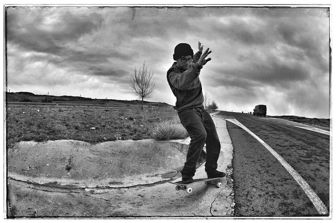 Quick reststop on the way to Portugal. Johan with a frontside pivot in some ditch in the middle of nowhere. #roadtrip #jumpervan #reststop #kolossskateboards #skateboarding #ditch #concrete #bailgun #magazine #gerdriegerphotography