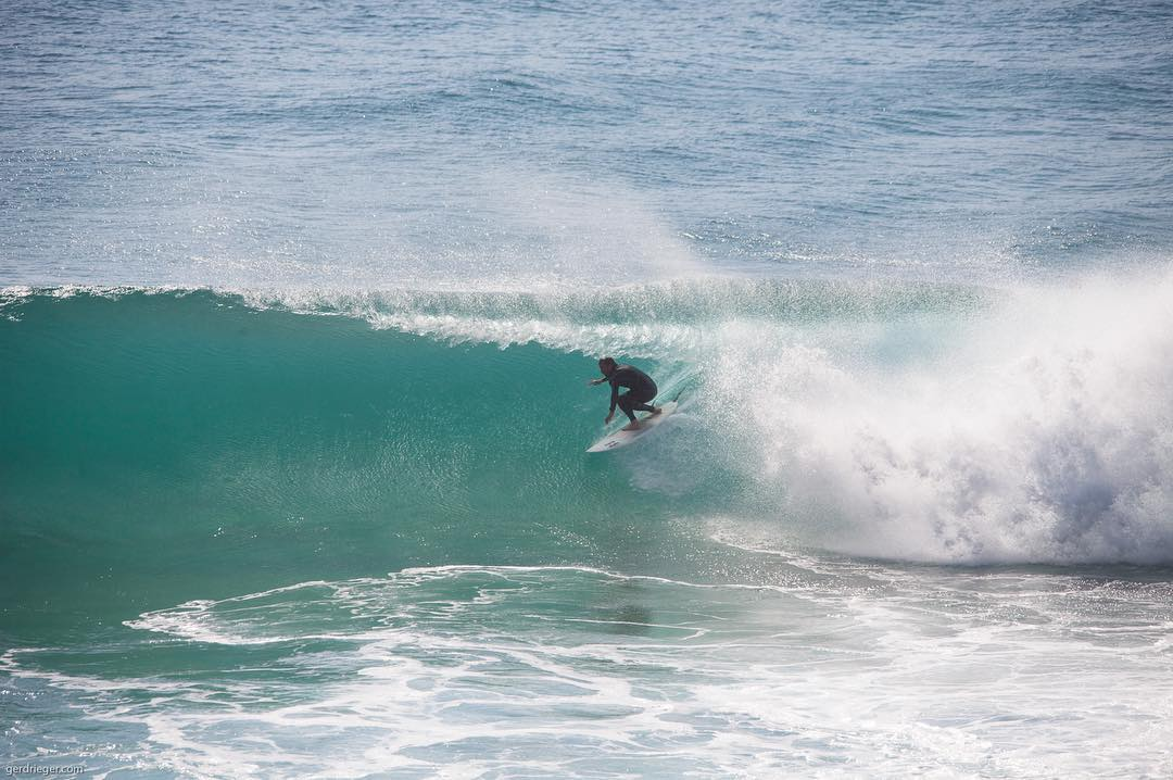 #throwbackthursday Miss the waves at Zavial beach. Some local getting tubed a couple weeks ago. #surf #waves #beach #water #tube #zavial #algarve #theredjumpervan#bailgun #magazine #gerdriegerphotography