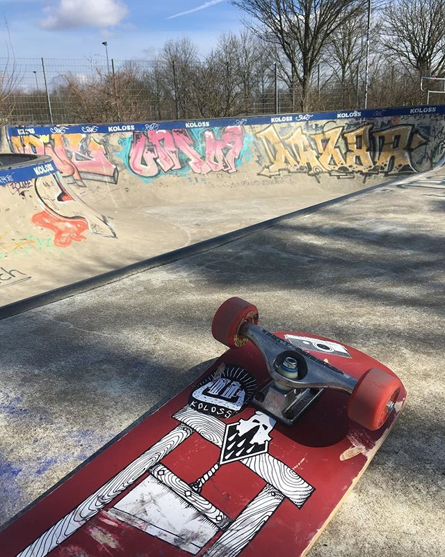First session of the year at the Berg with @theredjumpervan and @_raeuberin_  Good times! #skateboarding #bergfidel #pool #bowl #concrete #kollosskateboards #bloodmask #bailgun #magazine #gerdriegerphotography