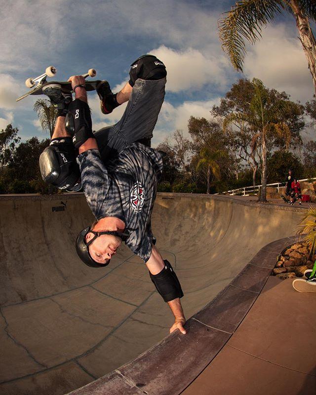 #throwbackthursday Tony Jansson perfect invert at the now gone Lasek Land pool in 2014, Encinitas, Ca. #lasekland #pool #bowl #concrete #skateboarding #vert #handplant #invert #tonyjansson #bailgun #magazine #gerdriegerphotography