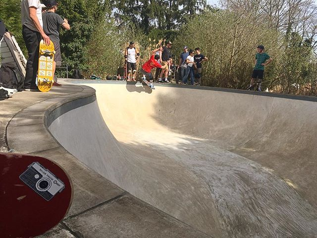 #sunnysunday Session is on at HANS OMSA pool, this is one of the last ones. This gem. is gonna be gone in s few weeks. ? #skateboarding #pool #bowl #concrete #backyard #diy #grind #bailgun #magazine #gerdriegerphotography