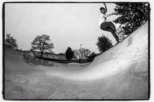 Saturday session at the Berg with Johan #monsterbowl #skateboarding #pool #bowl #concrete #minusramps #snakerun #kolossskateboards #bailgun #magazine #gerdriegerphotography