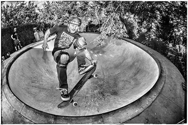 Happy Birthday Anders! Have a rad day and keep on shredding. @anders_tellen #skateboarding #pool #bolw #diy #backyard #hanspool #concrete #anderstellen #bailgun #magazine #gerdriegerphotography