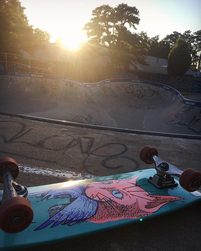 Sunday Sunset Session at the Berg with Lui. Always nice to have a good session with old buddies. #skateboarding #pool #bowl #bergfidel #monsterbowl #bailgun #magazine