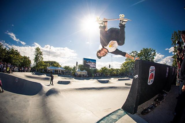 #throwbackthursday Kevin Kowalski with an Andrecht handplant from extention into the bowl section at Sibbarb Park, Malmö, 2015. #skateboarding #pool #bowl #concrete #ultrabowl #sibbarb #malmö #skatemalmo #kevinkowalski #andrecht #bailgun #magazine #gerdriegerphotography