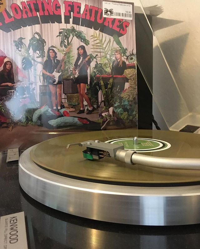 Playing now. La Luz – Floating Features. #vinyl #record #greenhellrecords #schallplatte #analog #kenwoodkd990 #turntable #laluzband #bailgun #magazine
