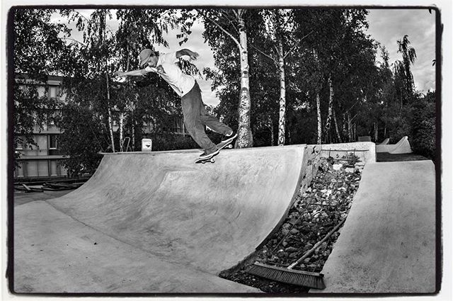 Marvin testriding the new section at @dowgyallee with a backside lipslide. #diy #concrete #skateboarding #bailgun #magazine #gerdriegerphotography