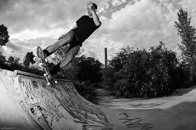 Novak pivot fakie at BTC. #BTC #DIY #concrete #skateboarding #gunvogel #bailgun #magazine #gerdriegerphotography