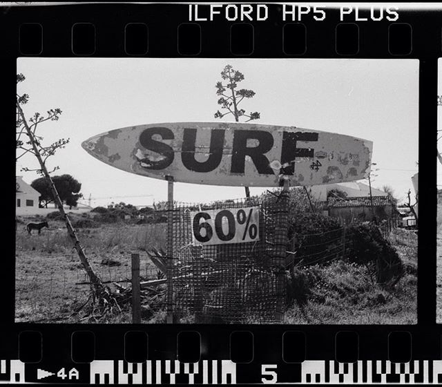 #flashbackfriday 60% Surf! Earlier this year in Portugal. Good times roadtripping with @theredjumpervan and @_raeuberin_  #portugal #algarve #surf #analogphotography #blackandwhitephotography #ilford #hp5 #filmphotography #eos1n #bailgun #gerdriegerphotography