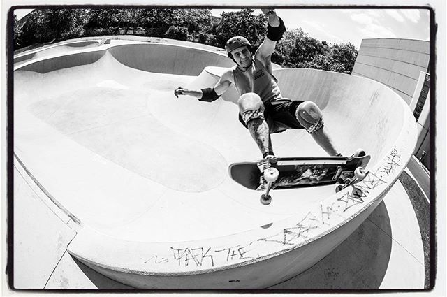 "#throwbackthursday Kongo grinding the ""Visor"" at Lichterfelde last weekend. Fun new bowl but what's up with the ""Raufasertapete"" finish of the transitions @populaer ??? #skateboarding #bowl #pool #concrete #grind #bailgun #magazine #gerdriegerphotography"