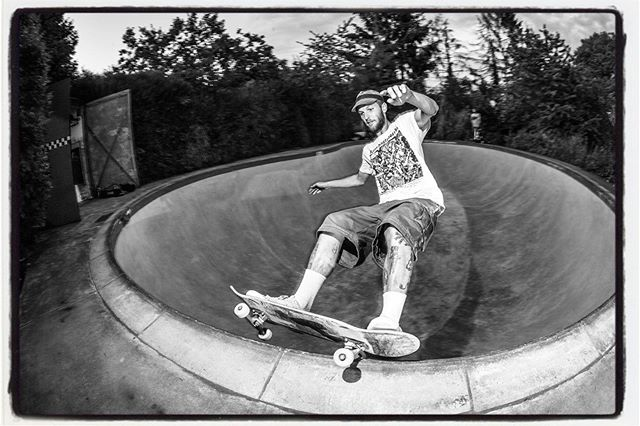 One of the last sessions at the Hans OMSA pool yesterday. Corey Mcintosh with a full power grind. Thanks Dietsches for the session!!! #skateboarding #pool #bowl #concrete #diy #backyard #omsapool #hanspool #bailgun #magazine #gerdriegerphotography