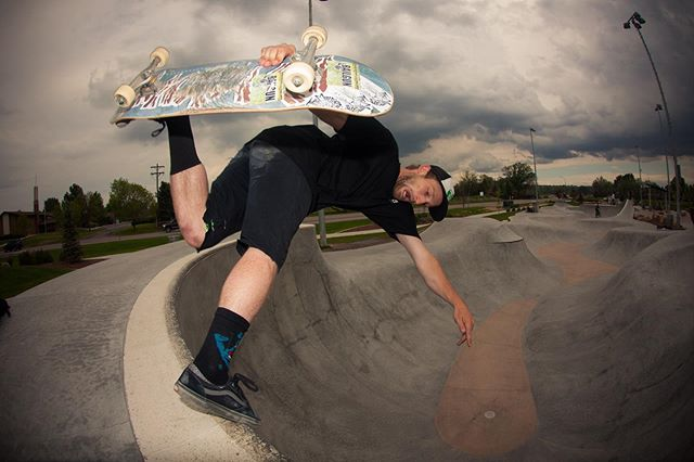 #throwbackthursday Zach Cusano backside boneless for his Bailgun interview at Arvada skatepark, 2014 @bacon_dangler #skateboarding #snakerun #bowl #boneless #arvadaskatepark #bailgun #magazine #gerdriegerphotography