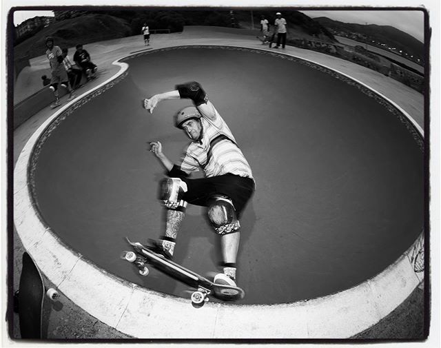 Kongo grinding the La Kantera kidney before the rain and beer. Cheers. #lakantera #gexto #algorta #pool #bowl #grind #concrete #bailgun #magazine #gerdriegerphotography