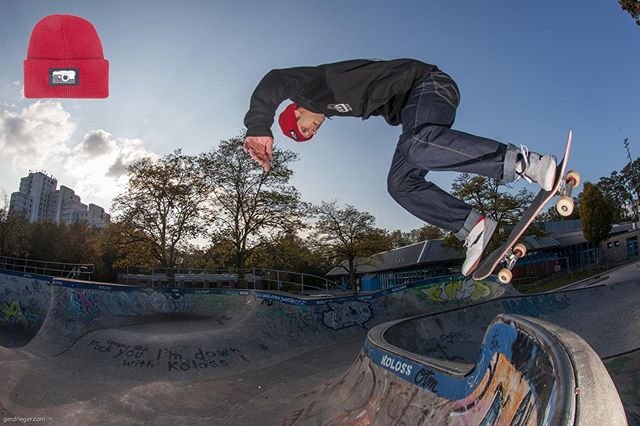 Keep your head warm with a Bailgun beanie. Corey Mcintosh wearing the Cousteau Red on this backside ollie to disaster at the Berg. Get yours at Blackheaven Shop online or in store @blackheaven_skateshop @enyaonlytime #monsterbowl #bergfidel #pool #bowl #concrete #beanie #minusramps #streetwear #ollie #bailgun #magazine #gerdriegerphotography